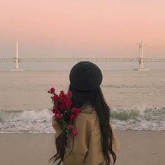 다리(26) (@dari_jung) • Instagram photos and videos Korean Aesthetic, Aesthetic Photo, Aesthetic Girl, Aesthetic Pictures, Mode Ulzzang, Ulzzang Korean Girl, Girl Photography Poses, Tumblr Photography, Girl Hiding Face