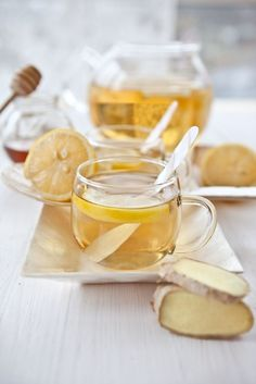 The benefits of drinking ginger tea go far beyond this tea's delicious taste and spicy aroma! Ginger tea is so good for health and wellness, too. Benefits Of Drinking Ginger, Ginger Benefits, Yummy Drinks, Healthy Drinks, Yummy Food, Healthy Recipes, Water Recipes, Smoothie Drinks, Smoothies