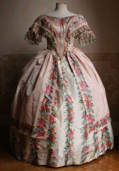 Ballroom dress in two parts (bodice and skirt) in taffeta chine, ca. 1851