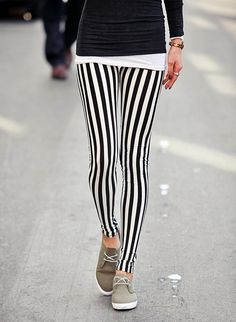 Hosen mit Streifen : der Muster-Trend 2019 Take a look at the best winter striped pants in the photos below and get ideas for your outfits! The Blossom Girls: Striped Pants & Red Clutch Image source Punk Fashion, Fashion Outfits, Womens Fashion, Street Fashion, Stripped Pants, We Wear, How To Wear, Estilo Rock, Striped Leggings