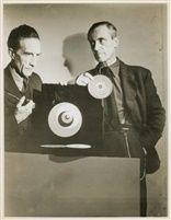 Hans Richter avec Marcel Duchamp et ses Rotoreliefs dans le film Rêves à vendre von Arnold Eagle Marcel Duchamp, Hans Richter, Film, Artist, Eagle, Fictional Characters, Photography, Black And White, Language