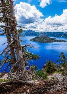 Озеро в кратері вулкана. Національний парк, штат Орегон, США