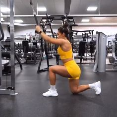 Hanna Oberg performing a Straight Arm Pull Down into Behind Head Lat Pull Down. … Hanna Oberg performing a Straight Arm Pull Down into Behind Head Lat Pull Down. Sporting the Citrus Yellow Dreamy collection for a bright, bold workout… Continue Reading → Fitness Workouts, Fitness Herausforderungen, Sport Fitness, Fitness Goals, Target Fitness, Video Fitness, Fitness Quotes, Fitness Tracker, Planet Fitness