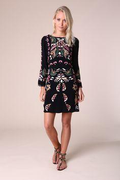 La mode des robes d inspiration hippie, chic avec des détails ethniques,  revient cb9cc8573277