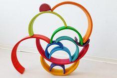 Stapelen; 1 van de meer dan 100 voorbeelden met de Grimm's regenboog #grimmsrainbow - Mamaliefde.nl