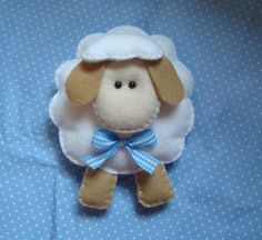 OVELHINHA EM FELTRO. Brooch for a mother-to-be at a baby shower.