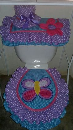 Morado en el baño. Small Sewing Projects, Crochet Projects, Crafts To Sell, Diy And Crafts, Bathroom Sets, Crochet Designs, Soft Furnishings, Projects To Try, Quilts
