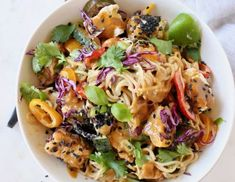 Vegan peanut noodles recipe with vegetables, ramen, tofu and sesame seeds. Tofu Recipes, Noodle Recipes, Chili Recipes, Easy Healthy Recipes, Vegetable Recipes, Diet Recipes, Vegetarian Recipes, Delicious Recipes, Easy Meals