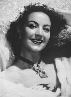 Maria Felix la sonrisa más espectacular que se puede contemplar Divas, Mexican Actress, Hollywood Heroines, Mexican Artists, Classic Actresses, Real People, Old Hollywood, Pretty Woman, Celebs