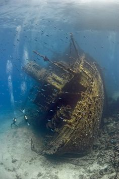 Naufragio en el Mar Rojo---Shipwreck in the Red Sea Abandoned Ships, Abandoned Places, Abandoned Castles, Abandoned Mansions, Abandoned Buildings, Amazing Nature Photos, Amazing Pictures, Red Sea, Underwater Photography