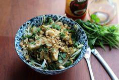 Lauwwarme Thaise salade met lichtpittige kip. Met de Original Spices Thai Green Curry geef je de kip een geurige en lichtpittige smaak. Deze lauwwarme salade is een perfecte lunch of licht diner.