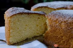 Chiffon cake è un dolce soffice e delicato come una nuvola. Si può gustare semplicemente spolverizzata con zucchero a velo o ricoperte da glasse o creme.