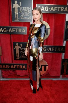 Alicia Vikander Goes Solo at SAG Awards 2016 Sans Boyfriend Michael Fassbender: Photo Alicia Vikander shimmer and shines as she walks down the red carpet at the 2016 Screen Actors Guild Awards held at the Shrine Auditorium on Saturday (January Celebrity Red Carpet, Celebrity Dresses, Celebrity Style, Alicia Vikander, Louis Vuitton Dress, Red Carpet Gowns, High Fashion Photography, Sag Awards, Formal Looks