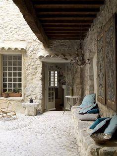 French country home Bon point : le muret en pierre qui sert de banc