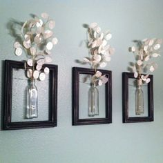 wanddekoration aus weißen blumen in kleinen gläsernen vasen - drei rahemn