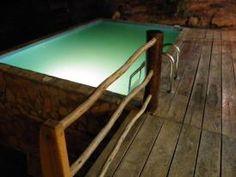 Vista nocturna de la piscina de la casa de donde se puede apreciar el mar