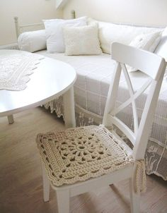 Today's 'crochet in the home' picture was found over at the Finnish blog Huushholli. No pattern on the site, but it looks like they crocheted this chair pad with t-shirt yarn. Nice!