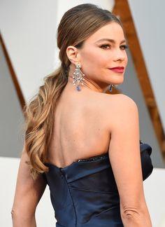 #oscarfashion Sofia Vergara arrives on the red carpet for the 88th Oscars on February 28, 2016 in Hollywood, California. AFP PHOTO / VALERIE MACON / AFP / VALERIE MACON