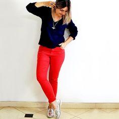 #amei a brincadeira ❤️ Já vi que vocês me conhecem bem. Sabia que muitas iriam falar branco ou nude. Realmente, seriam escolhas óbvias para o meu #estilo 😉 Mas, hoje, a opção foi #calça #vermelha 😬 #look simples #dujour 🤔 Fugiu muito do meu padrão? 🤔 #instalooks #brasil