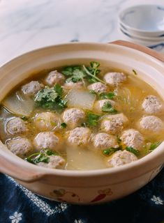 Chinese Winter Melon Soup with Meatballs - - This Winter Melon Soup with Meatballs is a classic Chinese soup recipe. The meatballs and the soup both come together quickly, making this an easy recipe to make in late summer, fall, and early winter. Pasta Primavera, Chinese Soup Recipes, Asian Recipes, Fishball Recipe, Winter Melon Soup, Late Summer, Summer Fall, Melon Recipes, Tofu Soup