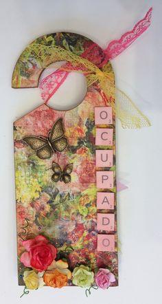 Cuelgapuertas primaveral Doorknob Hangers, Door Knobs, Door Hangers, Diy Paper, Paper Art, Craft Fairs, Creative Inspiration, Altered Art, Diy And Crafts