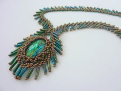 DIY Jewelry: FREE beading pattern for cabochon netted bezel framed with bugle fringes, resembling a peacock feather. Includes variation using fringe beads. Beading Patterns Free, Beaded Jewelry Patterns, Bead Patterns, Bracelet Patterns, Free Pattern, Jewelry Making Tutorials, Beading Tutorials, Seed Bead Jewelry, Bead Earrings