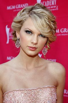 The Beauty Evolution of Taylor Swift, from Curly-Haired Cutie to All-American Icon   Teen Vogue