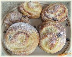 PUDINKOVÍ ŠNECI - 500 g hladké mouky, 250 ml vlažného sojového mléka, ... 2 žloutky, 70 g rostliného másla, 70 g ovocného cukru, Kostku droždí (40 g), Vanilkový cukr ovocný, Špetku soli, Pudink – 400 ml sojového mléka + 1 vanilkový pudink + 3 lžíce ovocného cukru