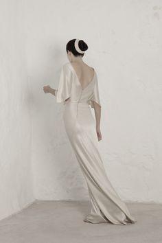 Cortana, Valentina Vestido de novia en satén de seda cortado al bies con escote trasero en V. El vestido realizado con una sola costura en espiral.