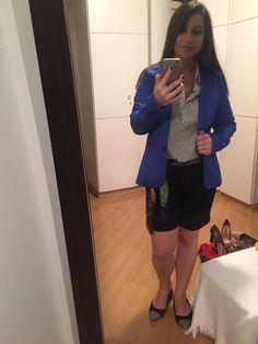 Bermuda e camisa de alfaiataria com blazer royal e lenço de seda de cinto eleva qualquer astral