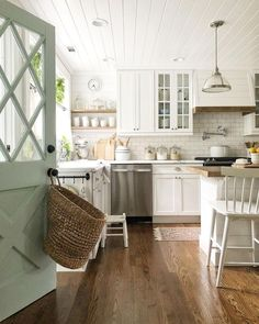 Traditional country kitchens are a design option that is often referred to as being timeless. Over the years, many people have found a traditional country kitchen design is just what they desire so they feel more at home in their kitchen. Country Kitchen Designs, Farmhouse Kitchen Decor, Home Decor Kitchen, New Kitchen, Home Kitchens, Kitchen White, Country Cottage Kitchens, Country Home Interiors, Open Shelf Kitchen