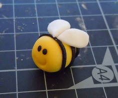 How to made a fondant bumble bee. Perfect cupcake topper!