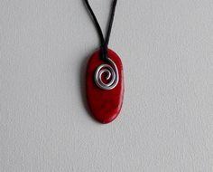 pendentif rouge en céramique orné de fil d'aluminium