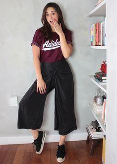 Pantacourt descolada e casual. Combinação perfeito de T-shirt esportiva + pantacourt de nó + tênis de espadrilles.