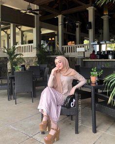 "❁ 𝒮𝓎𝒶𝓈𝒽𝒶𝓇𝓊𝓈𝒽𝒹𝒾𝑒𝓃𝒶 ❁ on Instagram: ""Harap tahun ni lebih baik walaupun tak start dengan baik seperti dijangka, Happy birthday dearself! 🙂♥️🎂🎁🎉🎈"" Beautiful Hijab Girl, Beautiful Asian Girls, Video Hijab, Girl Hijab, Muslim Women, Hijab Fashion, Cute Girls, Tulle, Ootd"