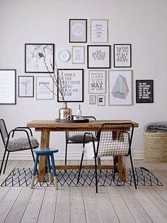 decoração de sala de jantar com posters, posters em preto e branco com molduras pretas e aem madeira cru