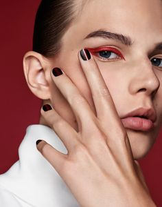 Adela Stenberg models graphic makeup looks for Vogue Russia orange red eyeliner line nail art nails manicure makeup look looks inspo inspiration idea ideas Red Eyeshadow Look, Red Eye Makeup, Rot Eyeliner, Winged Eyeliner, Eye-liner Rouge, Make Up Yeux, Vogue Makeup, Graphic Makeup, Party Make-up