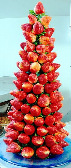 Strawberry Tree - wouldn't this be a cute addition to a Strawberry Shortcake party? Strawberry Shortcake Birthday, Strawberry Tea, Strawberry Desserts, Chocolate Strawberries, Comida Picnic, Deco Fruit, Christmas Tea Party, Christmas Trees, Holiday