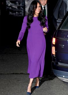Meghan Markle, The Duchess of Sussex attended the One Young World Summit Opening Ceremony wearing a purple Aritzia dress she previously wore while pregnant with Archie. Estilo Meghan Markle, Meghan Markle Stil, Meghan Markle Dress, Meghan Markle Outfits, Meghan Markle Fashion, Meghan Markle Photos, Pregnant Outfit, Sussex, The Duchess