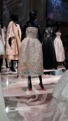 I love Dior !  Exposition Dior aux Musée des Arts Décoratifs, Paris Christian Dior Couture, Christian Dior Vintage, Vintage Dior, Vintage Couture, Clothing Booth Display, Clothing Displays, 1950s Fashion, Love Fashion, Vintage Fashion