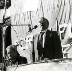 Santiago Carrillo en el mitin de presentación del Partido Comunista de España, realizado en la Plaza de Toros de Gijón el 30 de abril de 1977. Sentado junto a él, Horacio Fernández Inguanzo (1911-1996). Foto [Luis] Guerrero.