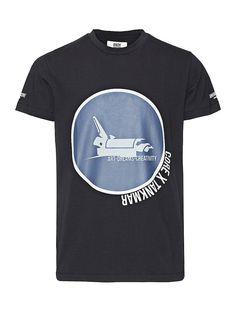 CORE by JACK & JONES - T-Shirt von CORE - Long fit - Rundhalsausschnitt - Print an der Vorderseite und den Ärmeln - Das Modell trägt Größe L und ist 187 cm groß  Andy Tankmar hat es sich zur Gewohnheit gemacht, seine Träume in die Tat umzusetzen. Und die Welt hat es zur Kenntnis genommen. Wir haben uns mit dem begehrten dänischen Künstler, Musiker und Designer zusammengetan und eine neue Capsul...