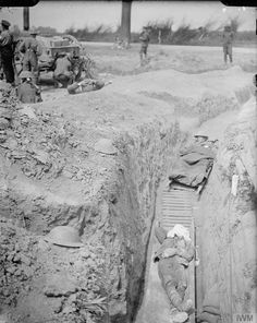 Battle of the Somme, 30 July 1916, WW1. Battle of Pozieres Ridge. Wounded soldiers in a trench near Carnoy waiting to be removed to hospital. Carnoy-Fricourt-Montauban road. © IWM ( Q 4055)