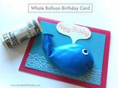 crédit photo Hand make my day  Voici une carte d'anniversaire rigolote dans laquelle vous pourrez glisser un petit mot gentil ou un billet (c'est plus original qu'une simple enveloppe!). Le destinataire n'aura plus qu'à souffler et crever la baleine pour récupérer le mot ou l'argent. Trouvée sur Hand make my day, cette carte plaira à tous les enfants un peu turbulents... Instructions Il n'y a pas de tutoriel mais c'est assez simple : insérez le mot dans le ballon et collez cette dernière…