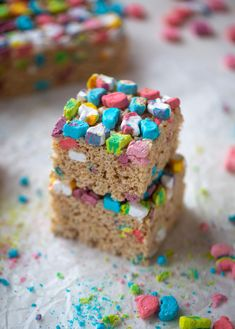 These lucky charms krispie treats are a throwback recipe to one of my favorite childhood treats! Here's a little festive twist for Saint Patrick's Day. Rice Crispy Treats, Krispie Treats, Rice Krispies, Cupcakes, Biscotti, Brownies, Lucky Charms Treats, Dessert Crepes, Dessert Bars