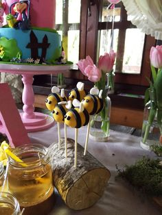 Winnie the pooh Winnie the pooh birthday themed party, sweet table Winnie the Pooh decoration, quotes. Bee cupcakes, cake pops, flower sweets. Vini pu tema rodjendana. Slatki sto za djeciji rodjendan. Mafini, cake pops, medenjaci, pokloni za goste.