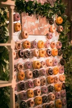 Every girl adores donuts. Can you imagine adding donuts into your wedding? Donuts are great wedding walls not only because they are delicious and good-looking, we also love it for its budget-saving and creative visual effect. Wedding Donuts, Wedding Desserts, Wedding Decorations, Decor Wedding, Wedding Foods, Candy Bar Wedding, Diy Sweet 16 Decorations, Wedding Centerpieces, Doughnut Wedding Cake