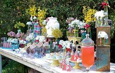 Mesmo em cima da mesa, os vasinhos não tinham destaque. Ponto para as caixas, que deixaram as flores mais altas