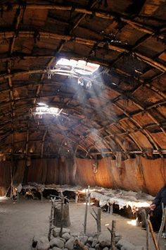 Inside of a Nush Wetu Wampanoag Thanskgiving Many Hoops Native American Indians, Native Americans, Native American Longhouse, Outlander, Woodland Indians, Long House, Winter Survival, Survival Shelter, Symbols