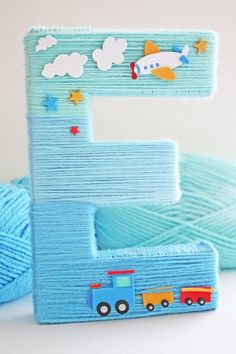 Shauna from Ella & Annie shares a tutorial for a fun blue ombre yarn letter!